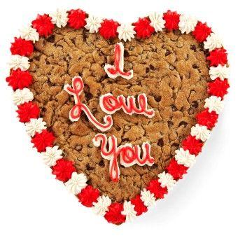 Une main de filles est furtivement chacun de Valentine de chocolat de jour est
