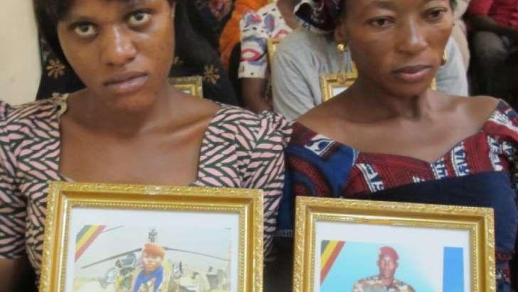 Au Mali, une cérémonie de recueillement pour les victimes de l'ex-junte d'Amadou Haya Sanogo s'est tenue, vendredi 25 novembre, à quelques jours du procès du chef de cette junte, au pouvoir entre 2012 et 2013. L'association des familles des bérets rouges était représentée par ses militaires. Assis dans une cour, les parents des militaires bérets rouges - disparus en 2012 et retrouvés dans un charnier quelques mois plus tard - se rencontrent une dernière fois avant le procès d...