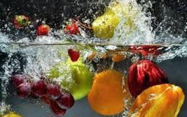 E' molto importante pulire la frutta e la verdura... La prima cosa da fare per pulire frutta e verdura è metterle sotto il getto dellacqua oppure in una frutta verdure pulire bicarbonato
