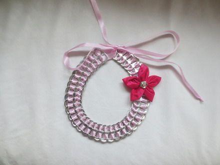 Capsules recyclées. Les 38 capsules argentées (31 cm de long) sont jointes par un ruban rose entremêlé avec une fleur en tissu rose foncé et un bouton argenté. La fermeture - 16940031