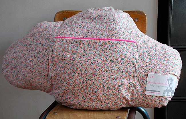 Cojín con forma de nube que tiene un bolsillo con cremallera, muy cómodo para que los niños guarden sus secretos y tesoros. Color: Flores con cremallera rosa. Dimensiones: 60 X 40 cm. Algodón, se puede lavar en máquina.