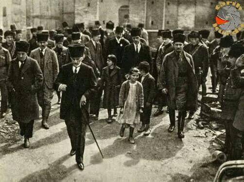 M.Kemal Atatürk Sanayi Mektebini gezdikten sonra halk arasında, Adana, 1923...