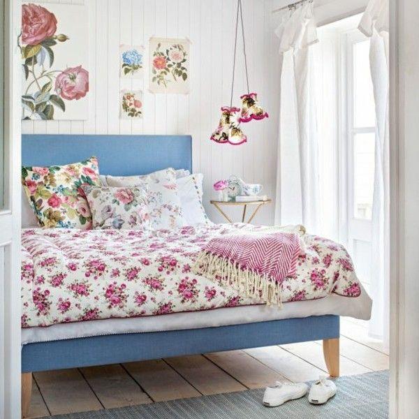 kleines Schlafzimmer einrichten schöne Blumenmuster blauer Hintergrund rosa Farbe verschiedenen Nuancen