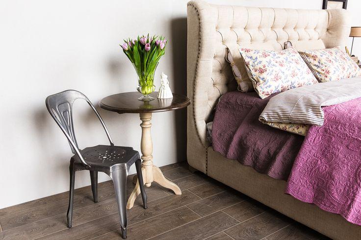 Металлический стул tolix в классическом интерьере спальни