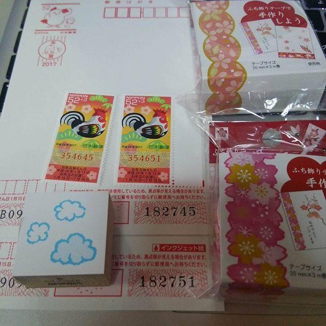 【shirai_v】さんのInstagramをピンしています。 《#喪中 だけど、懸賞とくじ用に 切手とはがきを100枚ずつ買ってるので、 45と51。切手が計4枚当たり。んー、毎年それだけ。  今日、本屋さんで#年賀グッズ #半額セール だったので、 普通に懸賞にも使える桜テープと雲スタンプ買った♪  #年賀#年賀状#年賀はがき#はがき#切手#酉年 #桜#雲#スタンプ#半額#セール #テープ#ふち飾りテープ#懸賞応募  #2017年1月17日 1枚目》