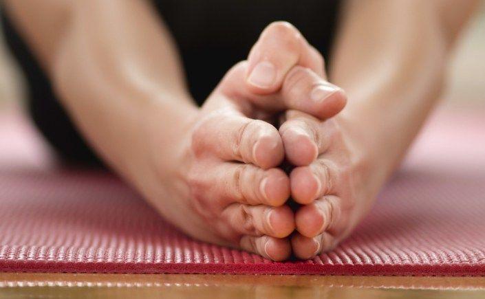 Ongeveer 1,5 jaar geleden maakte ik kennis met Hot Yoga via een vriendin van mij. Alleen al mezelf opsluiten in een ruimte vol zwetende mensen klonk als een uitdaging op zich. Inmiddels is hot Yoga een vast onderdeel van mijn week en ben ik in ieder geval elke maandagavond om 18.15 uur te vinden bij Balanzs. Het brengt me zoveel meer dan zweet alleen. In deze blog moedig ik je aan om het ook een keer te proberen. Waarom? 5 redenen om precies te zijn.