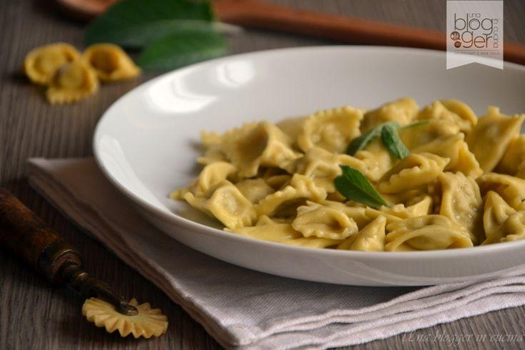 Plin fatti a mano, un tipo di pasta fresca all'uovo ripiena preparata con tre tipi di arrosto, verdura, formaggio e uova, piatto tipico piemontese.