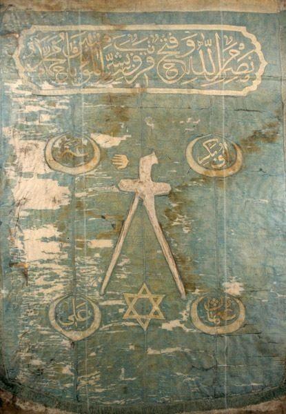 Barbaros Hayreddin Paşa'nın, Beşiktaş'taki Deniz Müzesi'nde bulunan mübarek sancağının en üstünde