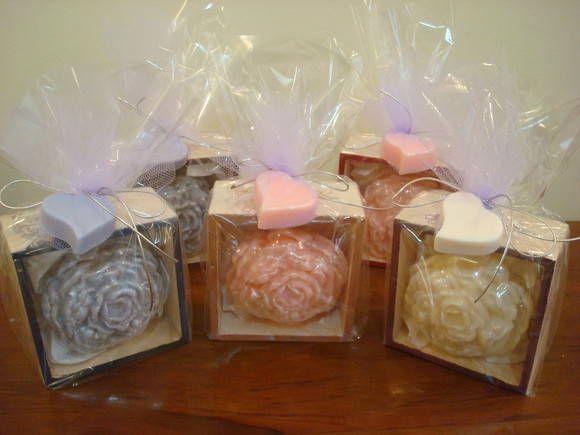 Rosas em Glicerina (sabonetes) diversos aromas a escolher.    Em embagem para presente, caixinha de madeira 10 x 10 cm  Ideal para embelezar o seu Lavabo, ou presentear como lembrancinhas.