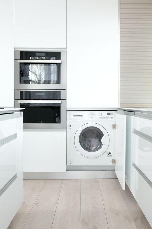 Když je potřeba mít vše po ruce - my myslíme na všechno. S pračkou umístěnou v kuchyni budete mít pocit neustálého přehledu a díky dvířkům, která pračku a sušičku v jednom perfektně skryjí a utiší, o ní vlastně ani nebudete vědět. Proč si život nezjednodušit, že?
