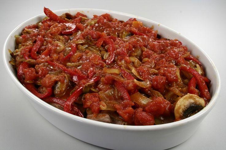 Kartoflerne skrælles og skæres i skiver. <BR> Kom kartoffelskiverne i et smurt ovnfast fad og drys dem med salt og peber. Hæld fløden over. Sæt fadet nederst i ovnen ved 200 grader C. alm. ovn i ca.