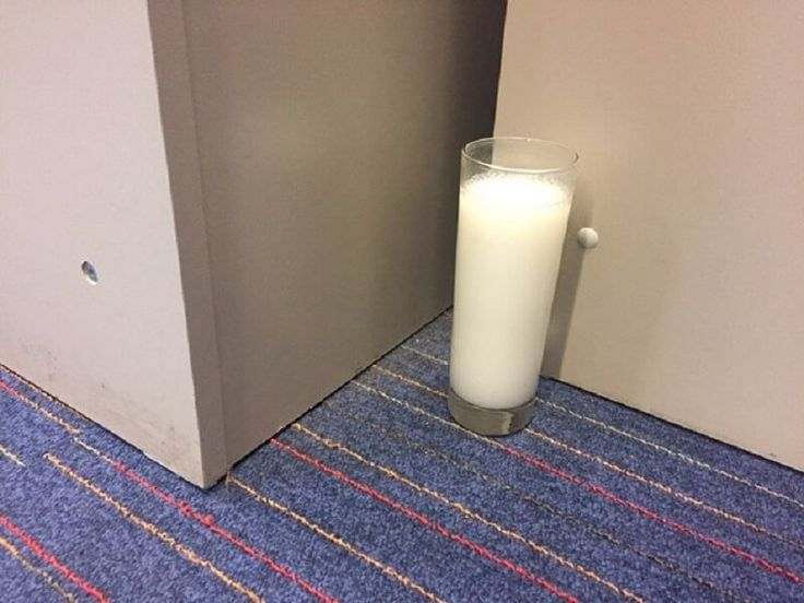 """Někdy se může stát, že přijdete k někomu na návštěvu a v bytě si všimnete hrnku či sklenice s vodou. Pomyslíte si: """"Je to nějaký blázen?"""". Možná se budete divit, ale má to rozumný a užitečný důvod. Ve většině případů jsou tyto sklenice naplněné vodou, solí a octem. Vše je však děláno za účelem očištění …"""