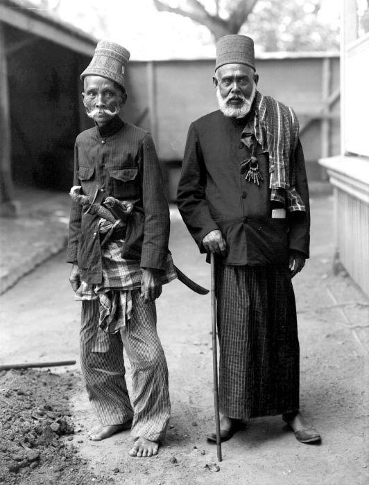 COLLECTIE TROPENMUSEUM Portret van twee oude mannen uit Aceh.