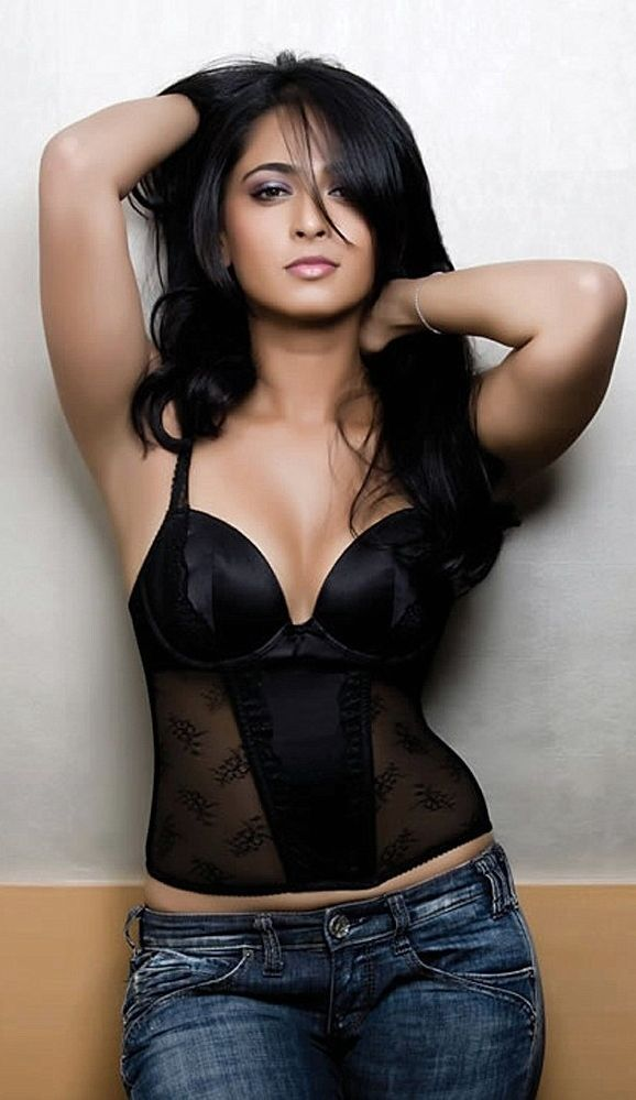 Gorgeous Bollywood actress Anushka Shetty looking pretty hot
