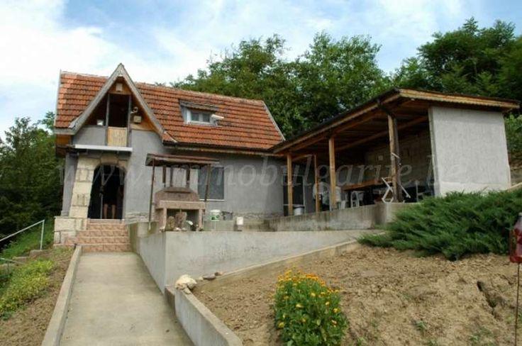 Vakantiehuisje (65m2) met 2 slaapkamers in Ruse  Te koop: vakantiehuisje met 2 slaapkamers vlakbij de stad Ruse. Dit gezellige vakantiehuisje ligt in het Buyna Yana kwartier van de stad Ruse. Het is een rustig gelegen kwartier met vele buitentuintjes. Ruse is een vrij grote stad gelegen aan de Donau, helemaal in het centrale noorden van...