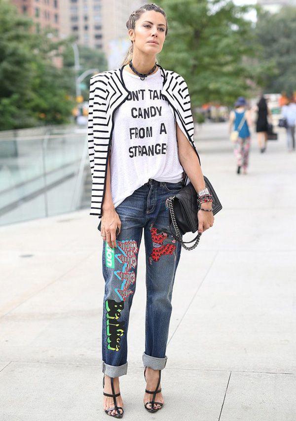 Look Martha Graeff com calça de patches e t-shirt.
