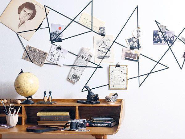 Moodboard: Schwarz auf Weiß Das braucht man für das Moodboard: Gummiband (laufender Meter; ca. 2 cm breit), Möbeltacker + Munition, Fotoklammern oder Foldback-Klammern (Bürobedarf) Moodboard - so geht's: 1. Gummiband, beispielsweise in Schwarz, mit dem Möbeltacker in Zickzackmustern an der Wand fixieren. 2. Bilder, Postkarten etc. mit Klammern (s. o.) an das Gummiband heften oder einfach dahinterklemmen.