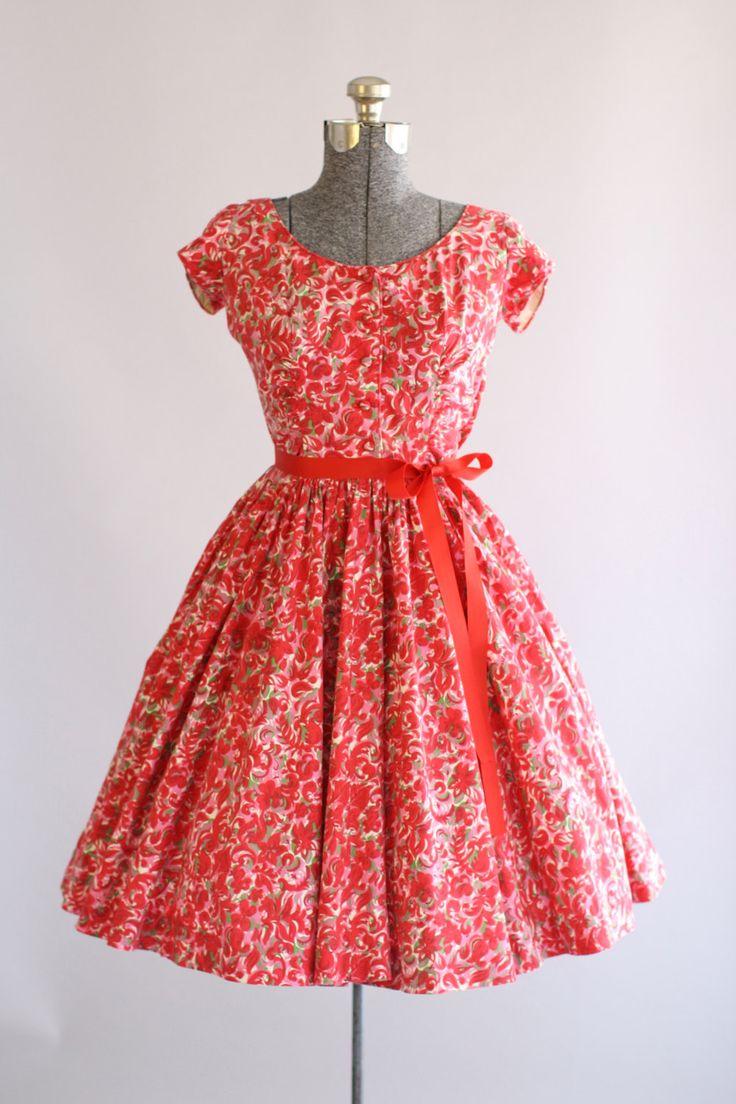 Deze jaren 1950 Jerry Gilden katoenen jurk heeft een mooie bloemenprint in rood, roze en groen. Prachtige stof overdekte knoppen gaan aan de