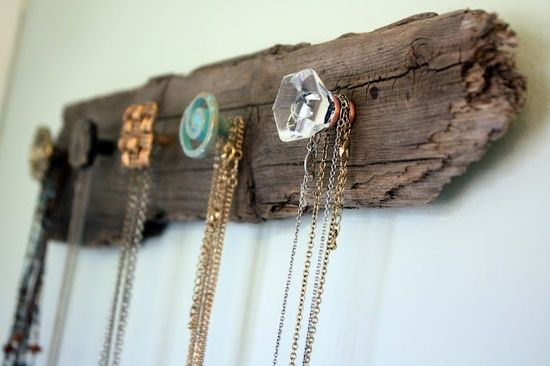 DIY: Jewellery holder: buttons http://lesdeuxmoiselles.wordpress.com/2013/05/28/diy-organize-your-jewellery/#more-1386