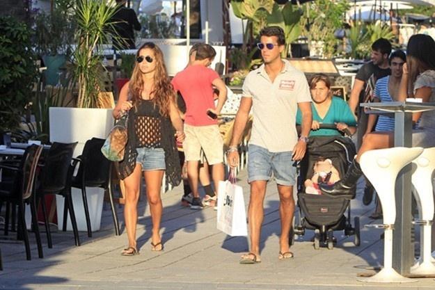 Elena Tablada de compras por Ibiza con su novio Daniel Agirita y la hija de David Bisbal sobre un cochecito B-Agile de Britax