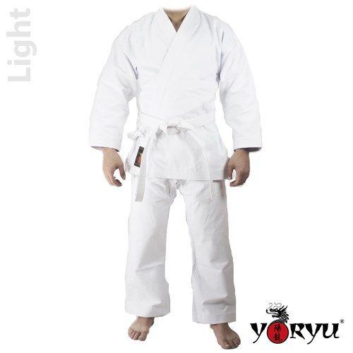 """Karategi """"YORYU Light """" in cotone 100% da 8,5 Oz.  Set composto da giacca, pantaloni con elastico in vita e cintura bianca. Buona vestibilità per garantire libertà dei movimenti. Modello 8,5 Oz., adatto per tutte le fasce di età. 6 cuciture di rinforzo su maniche e pantaloni;  Doppio tessuto di rinforzo sulle spalle;  Pantalone con chiusura al elastico con laccio."""