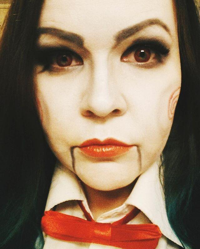 Meidän ihana Pinja eli miss Jigsaw! Kaikki tämän lookin saavuttamiseksi löytyy Cybershopista: piilarit, meikit, rusetti... #cybershopkuopio #Cybershop #makeup #saw #jigsawmakeup #jigsaw #halloween #halloweenmakeup #horror #horrormovie #redcontatcs #piilolinssit #redyeys