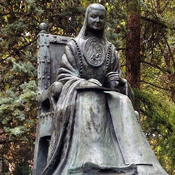 Sor Juana Inés de la Cruz, mística y poetisa mexicana, monumento obra del escultor cántabro Enrrique Fernández Criach (1981), en Plaza de España, calle Ferraz,  Madrid, España, por Luis Rodríguez