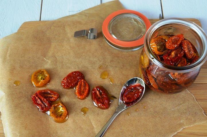Zongedroogde tomaten. Zelf zongedroogde tomaten maken is zo veel lekkerder dan die taaie uit een potje. Het is super simpel. Echt het proberen waard!