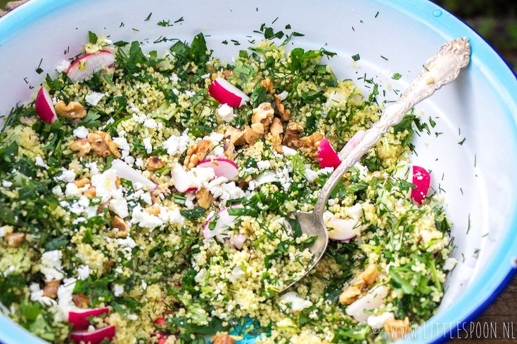 Deze groene couscous met geroosterde walnoten en feta is een zomers bijgerecht. Tijdens de BBQ of een picknick. Vandaag deel ik het recept.