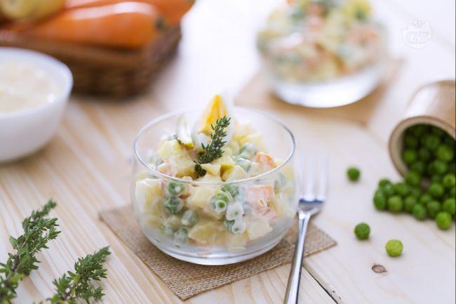 L'insalata russa è uno sfizioso antipasto ideale per le feste; è un piatto classico e apprezzato preparato con verdure miste e maionese.