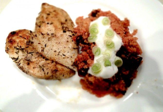 Céklás kakukkfüves kuszkusz grillezett csirkemellel