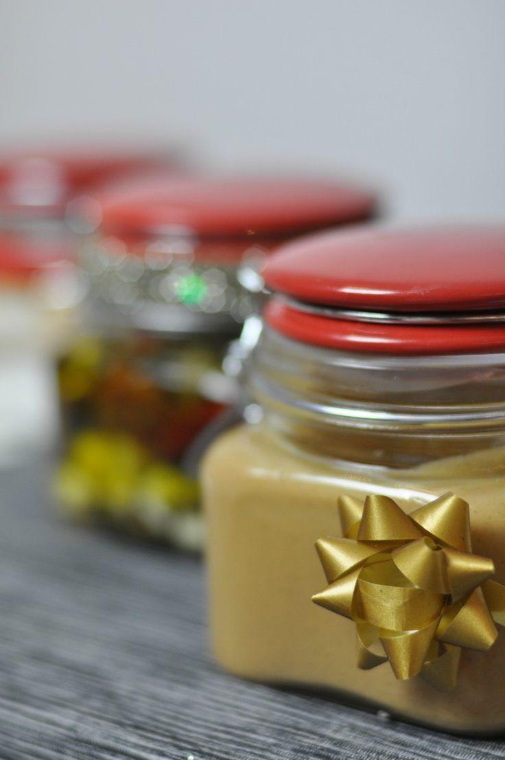 [PREZENT] Proste przepisy na świąteczne słoiczki z domowymi wyrobami: masłem orzechowym, fetą w zalewie, solą ziołową, oliwą smakową. A to wszystko od Fashionelki