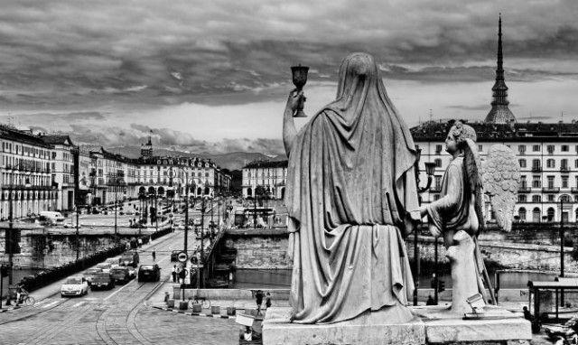 Torino è da sempre considerata una città misteriosa, dove magia nera bianca coesistono e si intrecciano. Scopri il mystery tour della Torino esoterica.