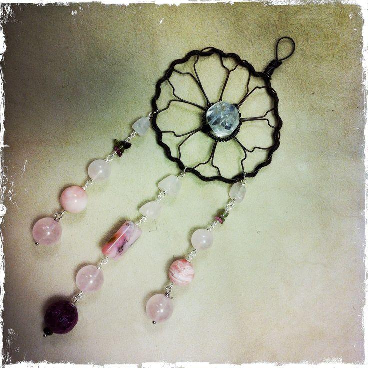 l'acchiappasogni del cuore: cristallo di rocca al centro, pendenti in quarzo rosa, zoisite, opale rosa e tormalina anguria