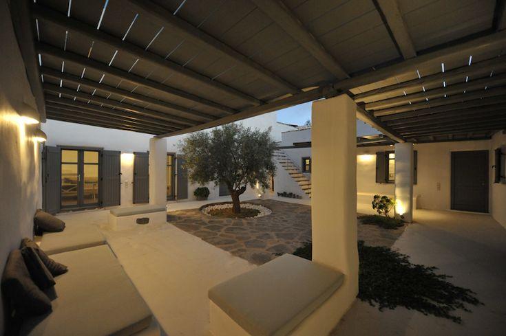 Aggeria, Sud de Paros. Une résidence minimal en pierre traditionnel, avec une cour centrale fermée, dans le style d'un cloître monastique.