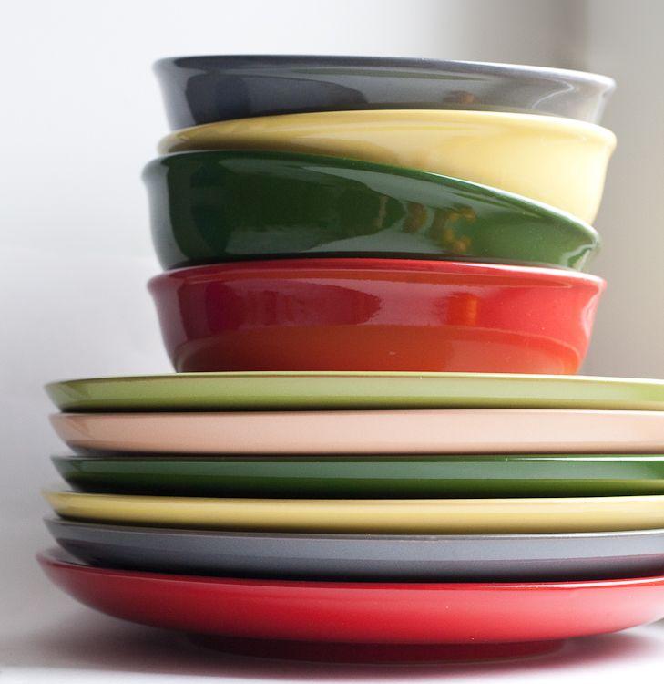 Набор цветных тарелок. Найти можно, например, в мегамаркете.
