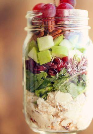 5. Sexta-feira: Salada de maçã verde, noz-pecã, couve e frango no pote
