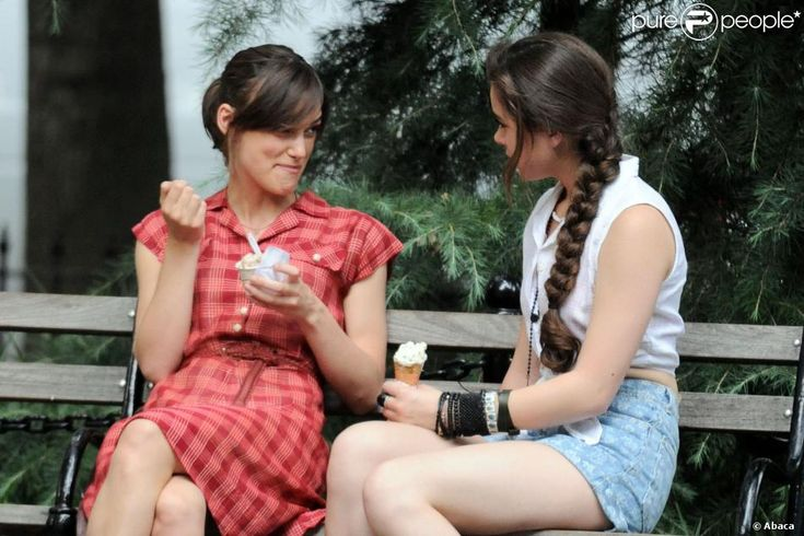 Keira Knightley et Hailee Steinfeld sur le tournage du film Begin Again (Can a Song Save Your Life ?) à New York le 18 juillet 2012