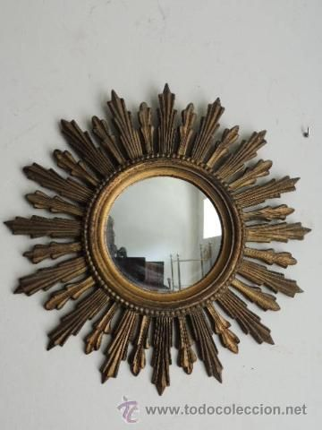Espejo sol, con adorno de hojas, podría ser de bakelita dorada, 140 €