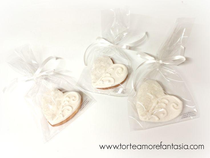 Biscotto bianco elegante con cristalli di zucchero...www.torteamorefantasia.com