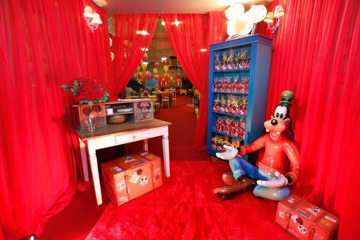 Esbanjando fofura, o Kaique comemorou seu segundo aniversário aqui no buffet Miniland no Tatuapé, com muita diversão e rodeado do seus personagens favoritos ! Tks  mamãe @suianne.castro . O tema da festa foi Mickey e seus amigos, a decoração foi assinada pelo @wagnerxuxu Personalizados @debi.felix Foto @catiaherreraemarcelovita Mesa com peças da @popmobilelocacao Apliques com prateleiras do @alexandre_letrix Bolo @wondercakesoficial Balões @guaciremabaloes Convite e guloseimas @adrifaralli…
