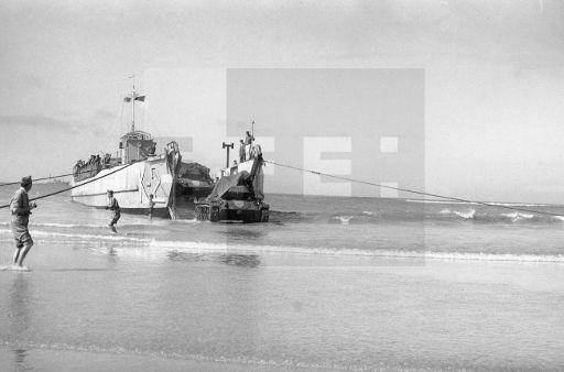 GUERRA DE IFNI: Villa Bens-Cabo Juby.- Carros de combate M-24 se dirigen a la playa desde la barcaza de desembarco de la Armada K-2. Un buque anfibio descarga material para las tropas españolas en la costa sahariana. (Sin fecha, hacia enreo 1958) EFE/jt