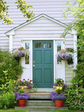 夏のアラスカ州アンカレッジにて。Cute house with flowers in Anchorage, Alaska.