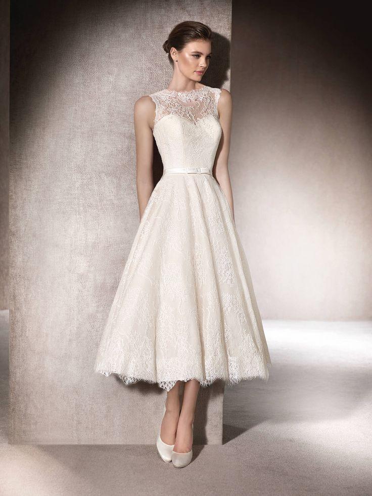 MICOL ist ein bezauberndes Brautkleid mit ausgestelltem Rock aus Chantilly mit herzförmigem Dekolleté und Carré-Ausschnitt