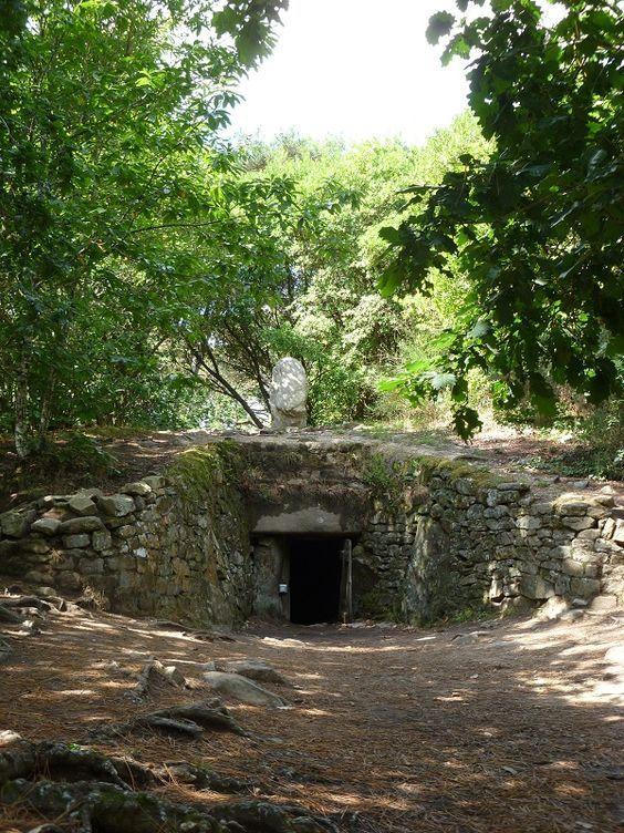 O Dólmen de Kercado, localizado na cidade de Carnac, é um dos poucos Dólmens em toda região da Bretanha que se mantiveram sob seu monte de pedras originais, devido ao seu excelente estado de conservação. Data-se do período Neolítico (5.200-4.360 a.C) e tem um diâmetro de 30 metros com 5 metros de altura. Mas torna-se interessante pelo fato de ser coberto por um pequeno Menhir, acima de sua entrada.