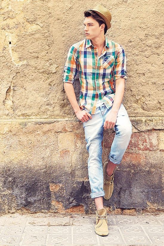 Looks Masculino pra Festa Junina. Macho Moda - Blog de Moda Masculina: Roupa de Homem para Festa Junina: Dicas de Looks para Festas Juninas. Moda Masculina, Moda para Homens, Roupa de Homem, Moda Masculina 2017, Camisa Xadrez Azul e Laranja, Calça Jeans Light Blue Jeans, Calça Clara, Barra Dobrada, Desert Boot, Chapéu Masculino
