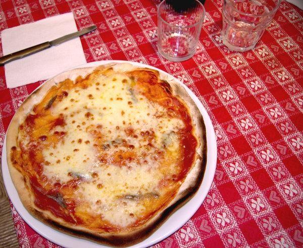 Ecco a voi la regina di Napoli la pizza. L'unica vera pizza,no alle finte imitazioni.. Solo a qui la sanno fa #Np