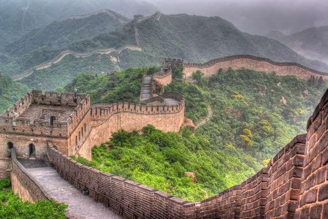 MURALHA DA CHINA: A MAIS LONGA OBRA DO HOMEM JÁ CONSTRUÍDA Visível do espaço, a Muralha da China serpenteia por impressionantes 8.850 quilômetros . Foi construída ao longo de dois milênios e unificada durante a dinastia Ming, no século XV, com o objetivo de proteger a China dos invasores do Norte, possui passarelas de 6 metros de largura que ligam as torres de defesa. Antes, um local estratégico para o exército chinês e hoje em um privilegiado ponto turístico.