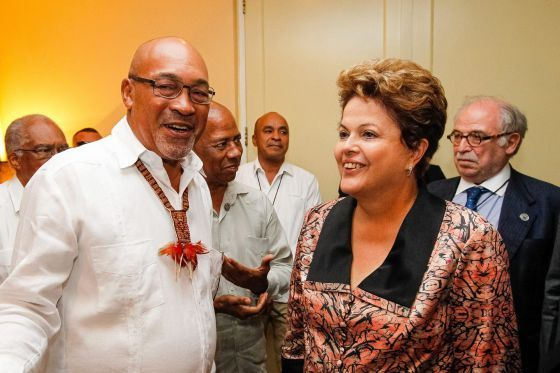 Dilma Rousseff junto a su homólogo surinamés, Desi Bouterse, durante la cumbre de Unasur
