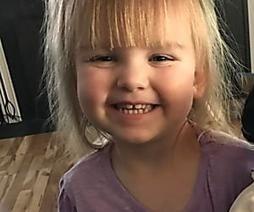 Kassiererin fragt Zweijährige, ob sie wirklich diese Puppe will — ihre Antwort ist weltklasse